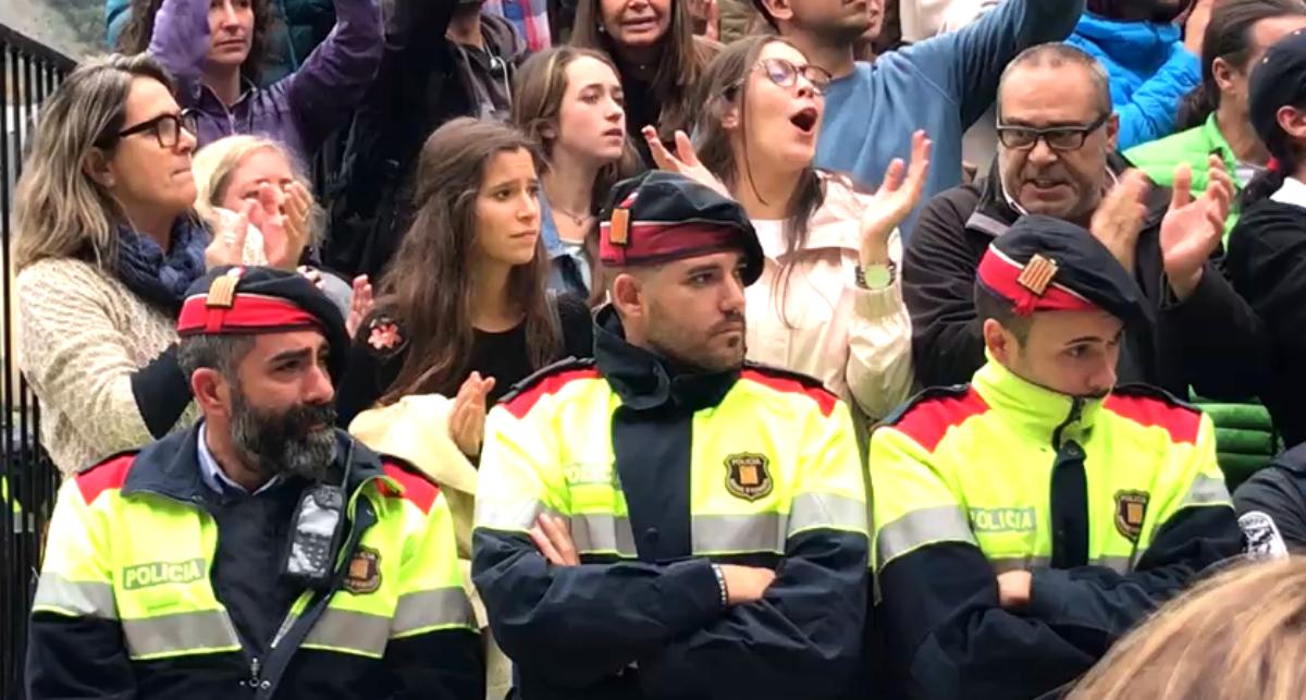 Tres mossos en una concentración de los independentistas