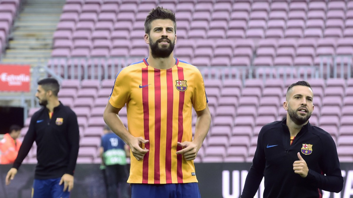Piqué, junto a Jordi Alba antes del comienzo del partido. (AFP)