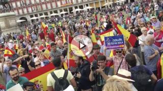 """Cientos de personas en la Plaza Mayor de Madrid al grito de """"¡Cataluña también es España!""""."""