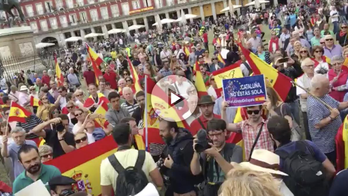 Cientos de personas en la Plaza Mayor de Madrid al grito de «¡Cataluña también es España!».