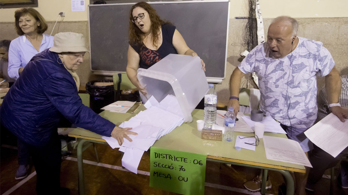 Recuento de votos en el referéndum ilegal. (Foto: EFE)