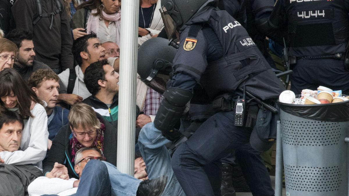 Agentes de Policía Nacional controlando agresiones .