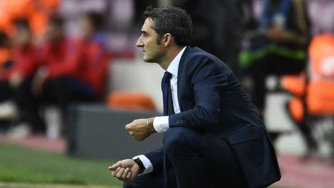 Ernesto Valverde, concentrado en la banda. (AFP)