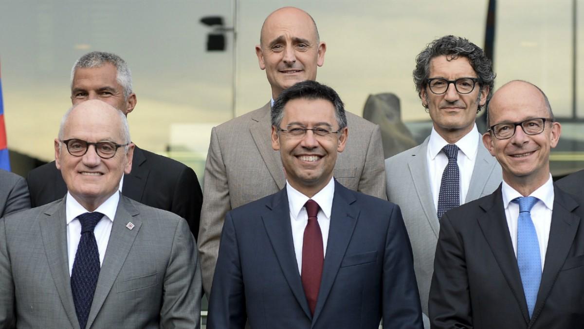 Vilarrubí, abajo a la izquierda, junto a Bartomeu y miembros de la Junta Directiva del Barcelona. (AFP)