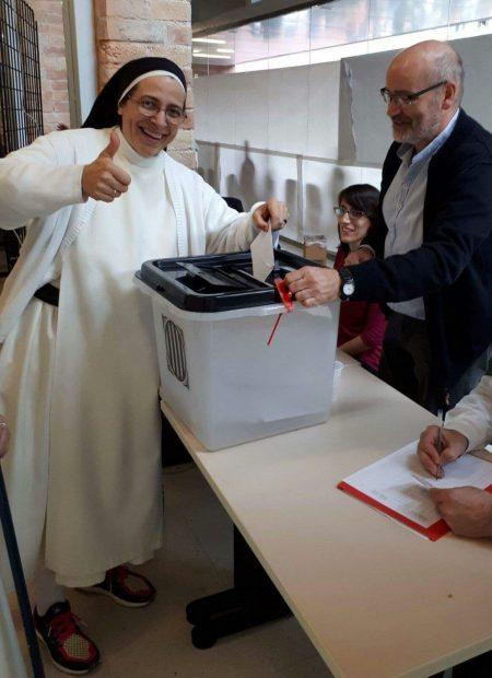 El obispo de Solsona y la monja argentina Caram participan en el referéndum ilegal
