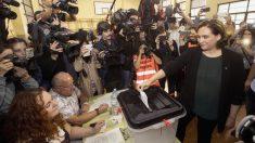 Ada Colau votando en el referéndum ilegal del 1-O. (Foto: EFE)