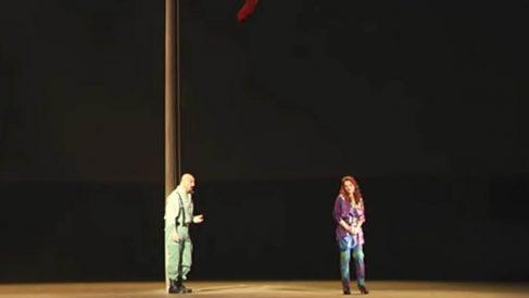 El escenario desnudo con sólo una bandera de España en el centro, en la 'Carmen' de Calixto Bieito.