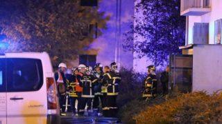Bomberos en las inmediaciones del edificio donde han fallecido 5 personas a raiz de un incendio. Foto: Twitter.