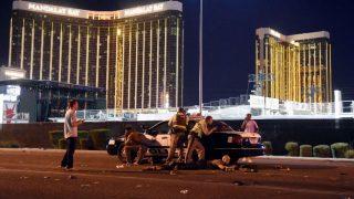 Un coche de Policía delante del casino Mandalay Bay de Las Vegas, frente al cual al menos 50 personas han muerto en un tiroteo. Foto: AFP