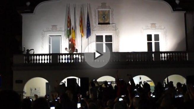 Varios ayuntamientos catalanes descuelgan la bandera española entre vítores de independentistas