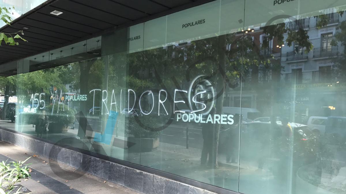 Pintadas en la sede nacional del PP tras el referéndum ilegal en Cataluña.