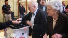 Jordi Pujol, ex presidente de la Generalitat, y su  mujer Marta Ferrusola votando en el referéndum ilegal de Cataluña. (Foto: @jordipujolsoley)