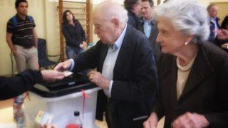 Jordi Pujol, ex presidente de la Generalitat, y su  ujer Marta Ferrusola votando en el referéndum ilegal de Cataluña. (Foto: @jordipujolsoley)