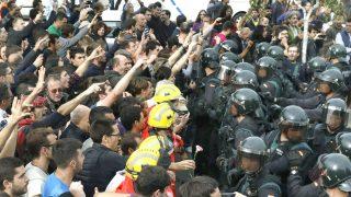 Incidentes en el Pabellón Deportivo municipal de Sant Julia de Ramis (Girona), donde había un centro electoral para el referéndum ilegal (Foto: Efe)
