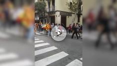 Pelea callejera entre jóvenes separatistas y constitucionalistas en Barcelona