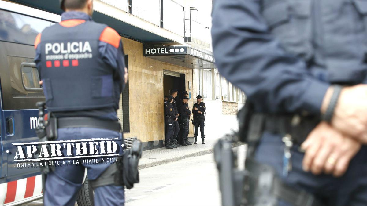 Miembros de los Mossos d'Esquadra custodian los hoteles donde se hospedan los policías nacionales desplazados a Cataluña ante las concentraciones convocadas frente a los establecimientos para protestar por las cargas del 1-O (Foto: Efe)