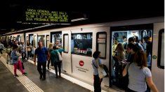 Huelga General en Cataluña: un cartel avisa de los paros previstos en el servicio de Metro de Barcelona. (Foto: EFE)
