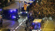 Protestas frente a la Jefatura Superior de Policía de Barcelona. (Foto: EFE)
