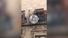 Un separatista arranca la bandera de España entre vítores en el Ayuntamiento de Tárrega (Lérida)