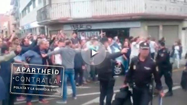 Acoso, insultos y escraches de los separatistas a la Policía y la Guardia Civil en Barcelona y Reus