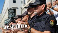 Agentes de la Policía Nacional concentrados ante el Congreso en apoyo de sus compañeros destinados a Cataluña. (EFE)