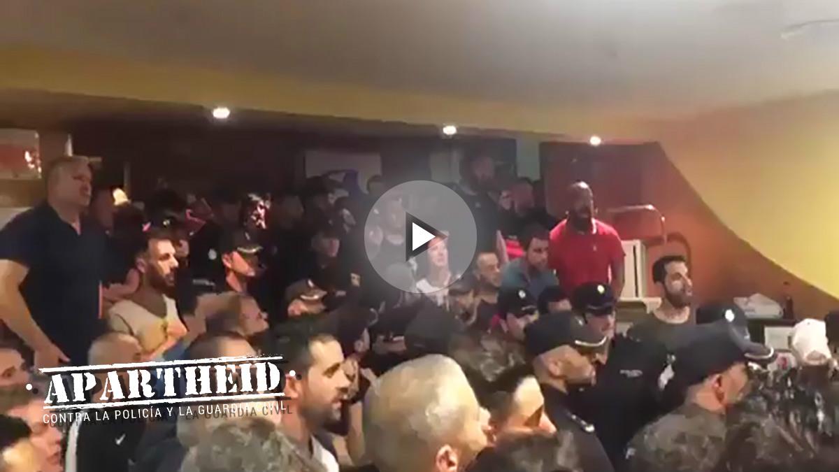 Agentes de Policía cantan el «¡Viva España!» en un hotel asediado por independentistas.