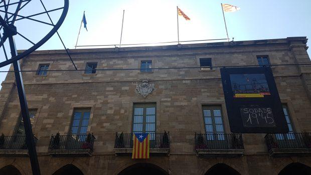 Fachada del Ayuntamiento de Manresa sin la bandera de España. (Foto: Raquel Tejero y Borja Jiménez)