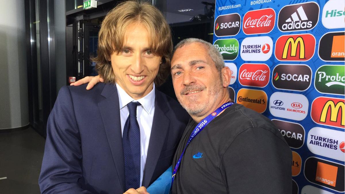 Alberto García Caridad junto al futbolista Luka Modric.