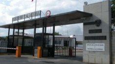 Control de acceso al acuartelamiento General Alvarez de Castro, en Figueras (Gerona)