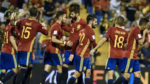 Los jugadores de España celebran uno de los goles a Albania. (AFP)