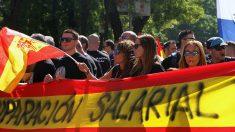 Banderas de España con mensajes de equiparación salarial. Foto: E.Falcón