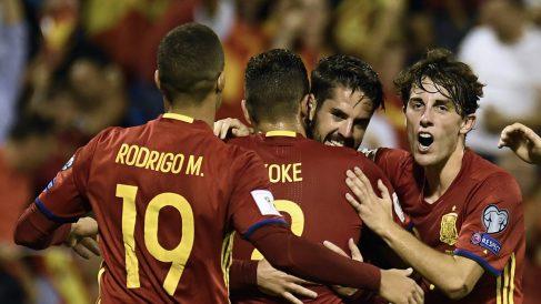 Isco, celebrando su gol ante Albania junto a Rodrigo, Koke y Odriozola (AFP).