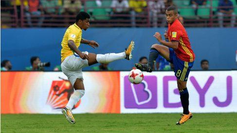 Moha pelea un balón ante un rival brasileño. (AFP)