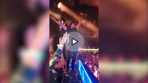 El Dj de la discoteca Pachá de Madrid pone el Himno Nacional.