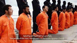 Una de las primeras imágenes icónicas de la infamia del ISIS, asesinando cristianos coptos ante el mar en Sirte (Libia).