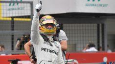 Lewis Hamilton celebra la pole en Suzuka. (AFP)