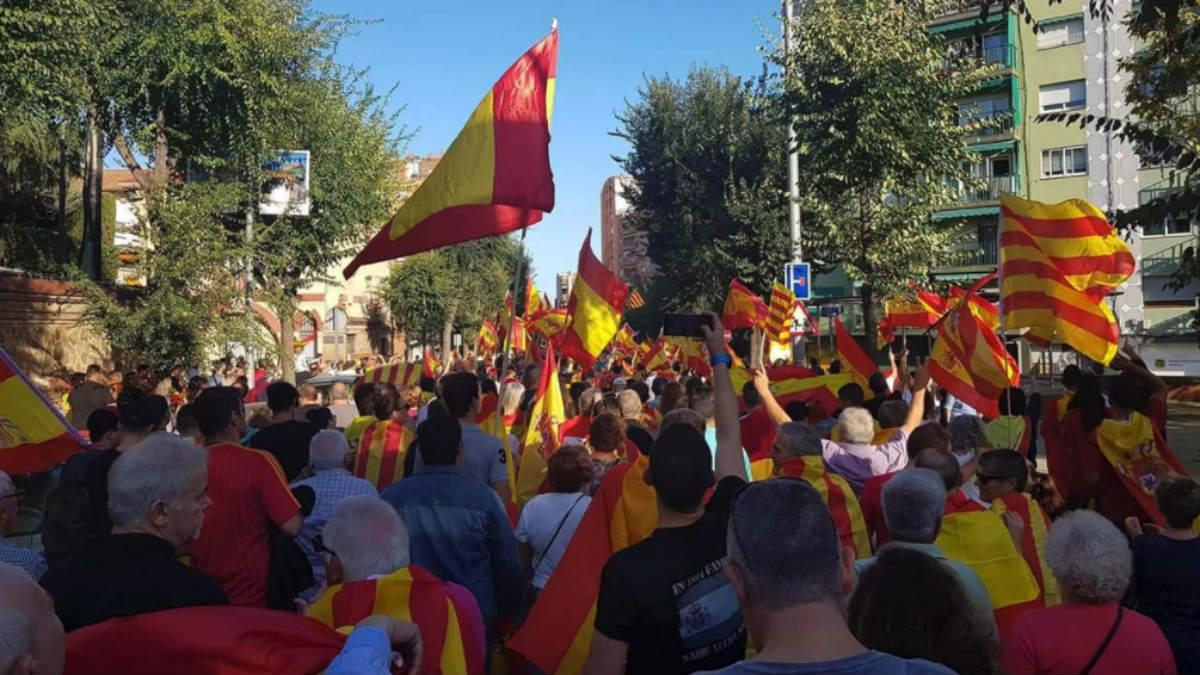 Cientos de ciudadanos de Mataró, en la calle contra la independencia y con banderas españolas y catalanas.