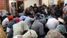 Los detenidos en la redada contra un «spa gay» en Yakarta (Indonesia).