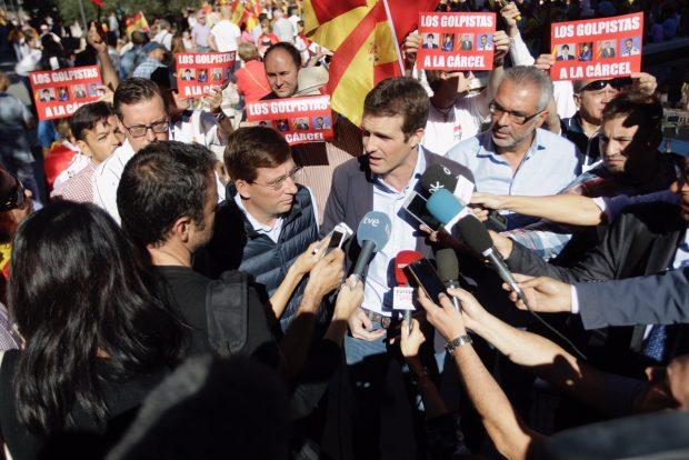 Pablo Casado (PP) se dirige a la prensa durante la manifestación convocada en defensa de la unidad de España. Foto: Francisco Toledo