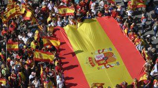 Bandera de España desplegada en la manifestación de Barcelona. (Foto: AFP)