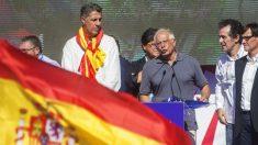Josep Borrell junto a Xavier García Albiol, en la manifestación de este domingo (Foto: EFE)
