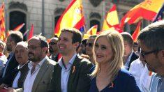 Cristina Cifuentes y Pablo Casado en la manifestación de Barcelona (Foto: Efe).