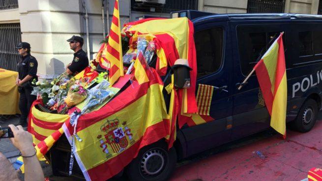 Resultado de imagen de barcelona abrazos a la policía