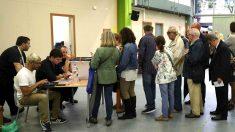 Personas haciendo cola para votar en el referéndum ilegal del 1-O (Foto: Efe).