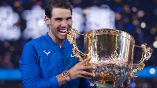 Rafa Nadal posa con el trofeo de campeón en Pekín. (AFP)