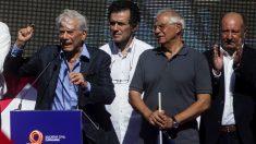 Vargas Llosa con Borrell y Mariano Gomá de SCC. (Foto: EFE)