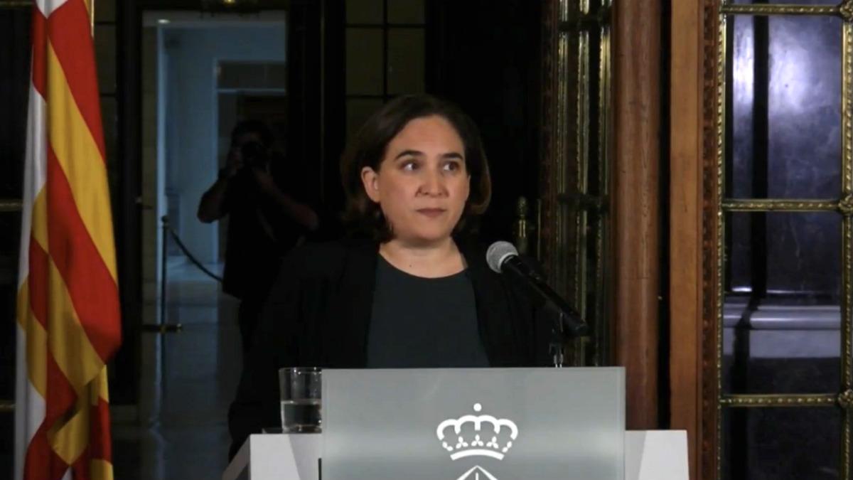 La alcaldesa de Barcelona, Ada Colau, hace una declaración institucional en la Galería Gótica del Ayuntamiento.