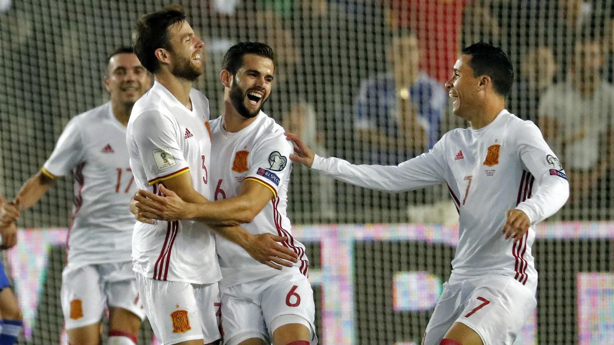 Los jugadores de la selección rodean a Illarramendi tras su gol. (AFP)