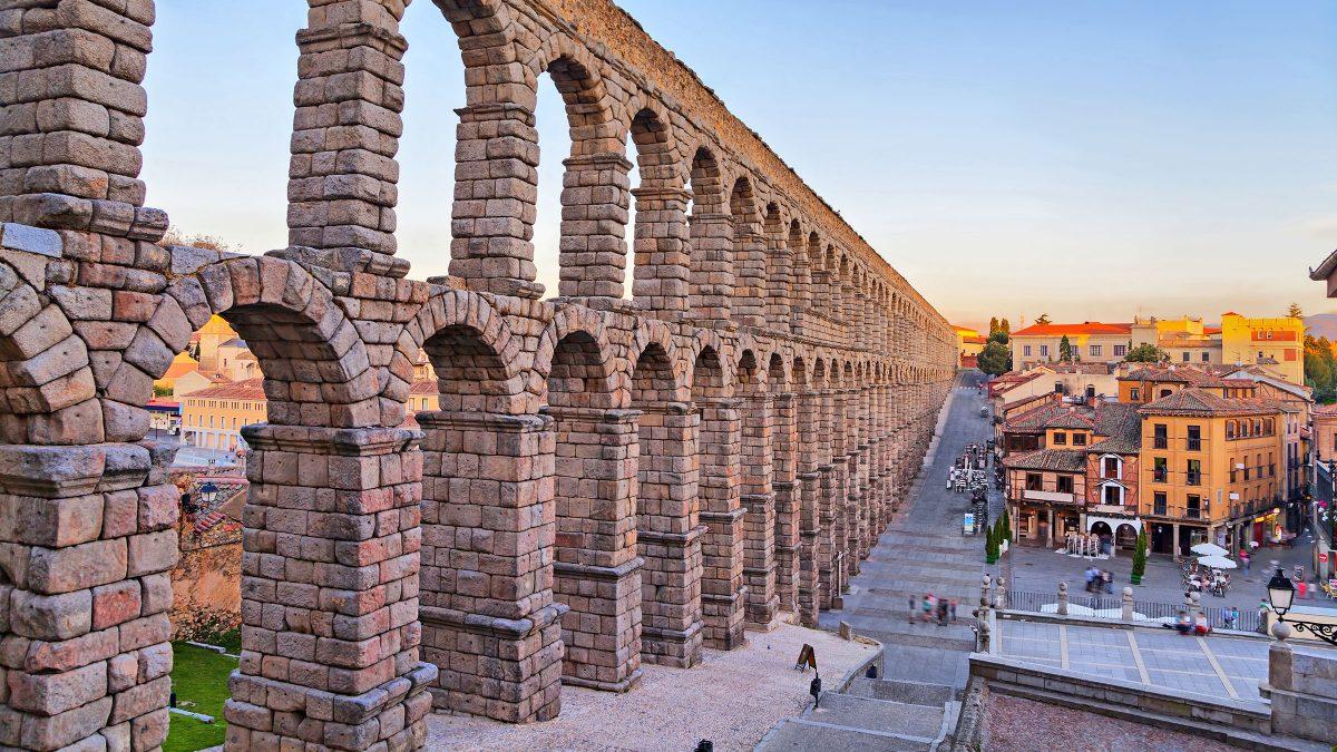 El Acueducto de Segovia fue construido a principios del siglo II d. C., a finales del reinado del emperador Trajano.