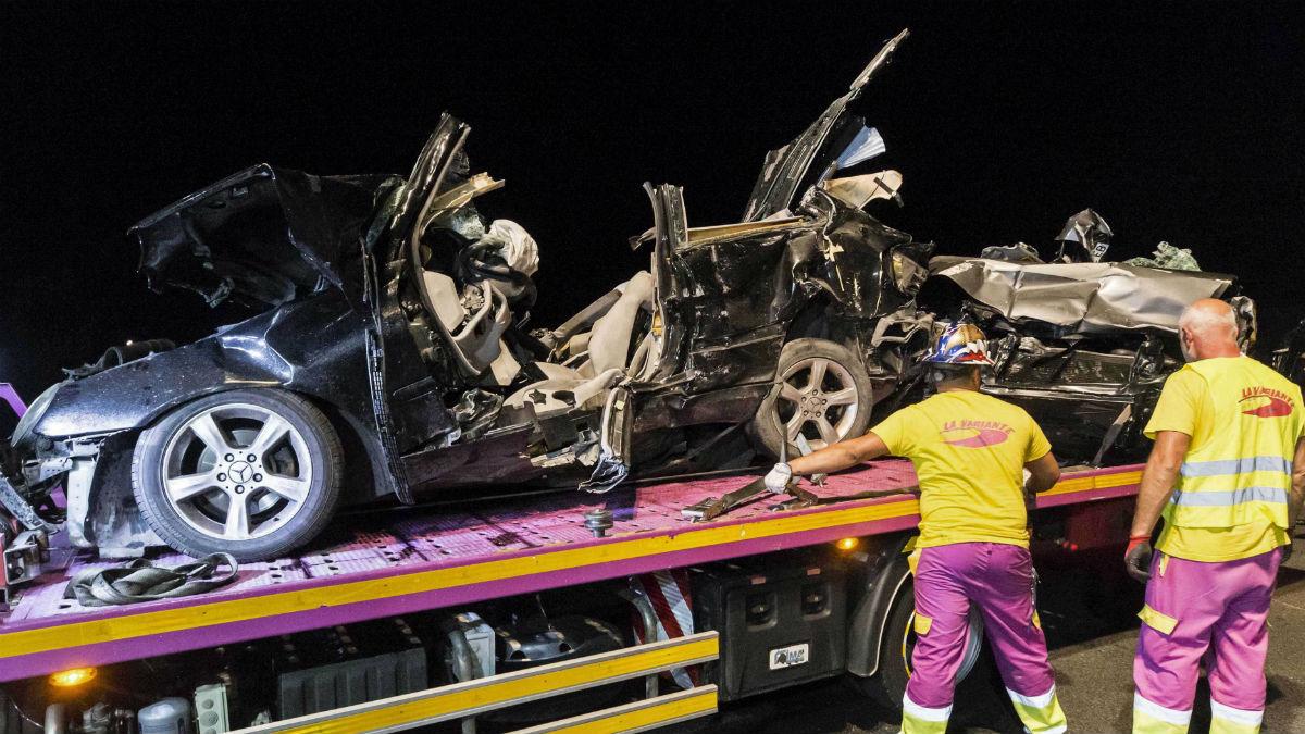 Operarios retirando vehículos siniestrados (EFE)